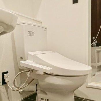 トイレは洗面台の横 ※写真は別のお部屋のものです