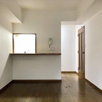 【LDK】カウンターキッチンでダイニングとのコミュニケーションが取りやすくなっています。※写真はクリーニング前のものになります。