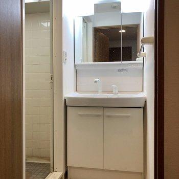 洗面所は廊下側に。※写真はクリーニング前のものになります。