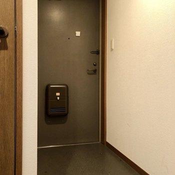 玄関少し長くなっていますね。※写真はクリーニング前のものになります。