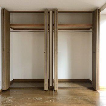 【洋室】収納もワイドで季節もの問わず入れられそうです。※写真はクリーニング前のものになります。