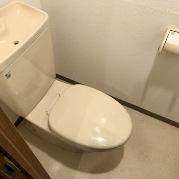 コンパクトな個室トイレ。※写真はクリーニング前のものになります。