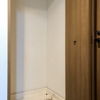 洗濯機置場は扉で隠れています。※写真はクリーニング前のものになります。
