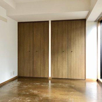 【洋室】こちらは5帖弱と、寝室にピッタリの広さです。※写真はクリーニング前のものになります。