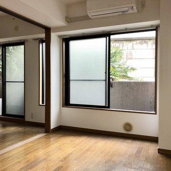 1階の建物ですが、大きな窓から光を取り込みます。※写真はクリーニング前のものになります。
