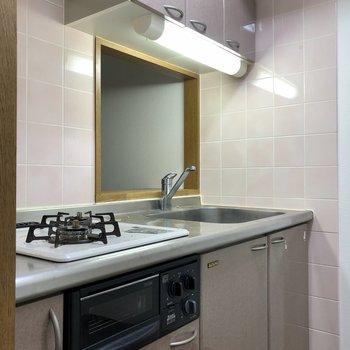 【LDK】グリル付きのキッチンです。※写真はクリーニング前のものになります。
