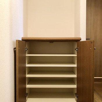 靴箱の上にも物を置けるスペースが。※写真はクリーニング前のものになります。