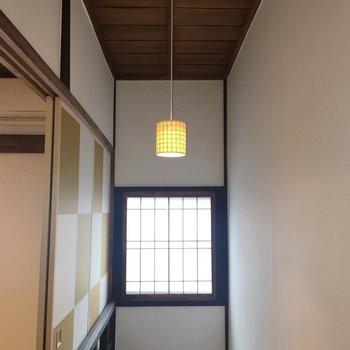 階段の上にあるライト。細かいデザインがグッド。