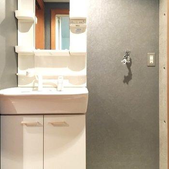 独立洗面だいの横に洗濯機置き場も。