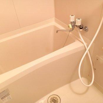 お風呂は割と深め。