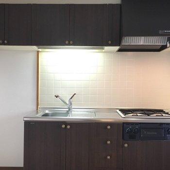 キッチンは焦げ茶色のグリル付き。