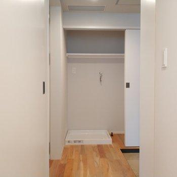 洗濯機と奥に収納ができます。※写真は4階の同間取り別部屋のものです
