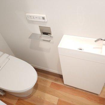 清潔感あふれるトイレ。※写真は4階の同間取り別部屋のものです