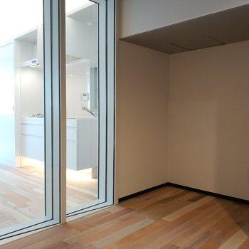 ガラス張りの一面も。※写真は4階の同間取り別部屋のものです