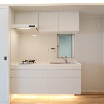 キッチンの間接照明がふわぁっと。※写真は4階の同間取り別部屋のものです