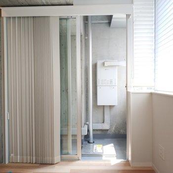 ベランダへ。※写真は4階の同間取り別部屋のものです
