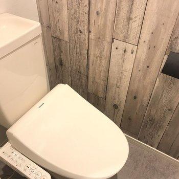 トイレ部分まで木目が!