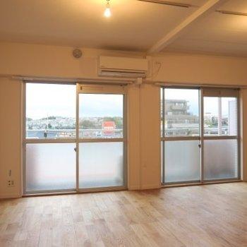 一面窓が明るいお部屋です。大きなリビングにはライティングレールを設置※写真は前回施工のお部屋