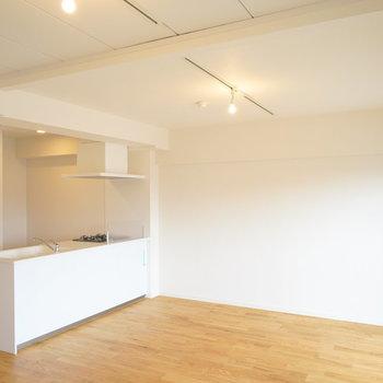 広々カウンターキッチンのあるお部屋です。※写真は前回施工のお部屋