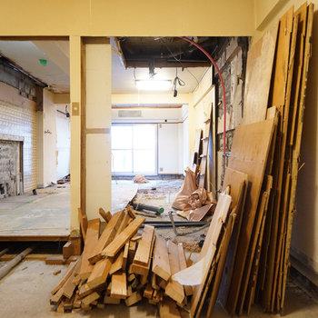 【工事中】左がドア、真ん中は棚を設置します