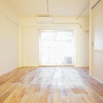 光に照らされたオークの無垢床、いいですね!