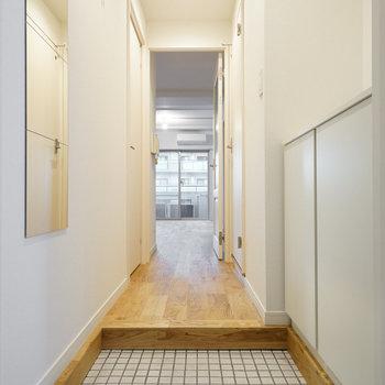 玄関は白タイルに下駄箱を新設!※写真はイメージです