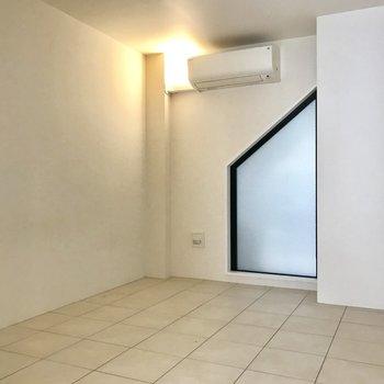 【Bedroom】不思議な形の窓。こちらは寝室かな。※写真は前回募集時のものです