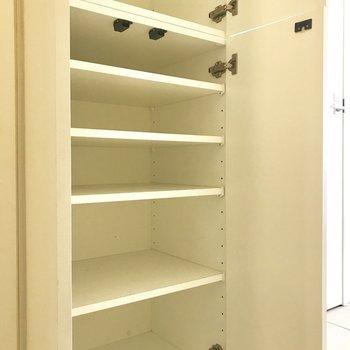 廊下に収納あります。生活用品のストックなどに。※写真は前回募集時のものです