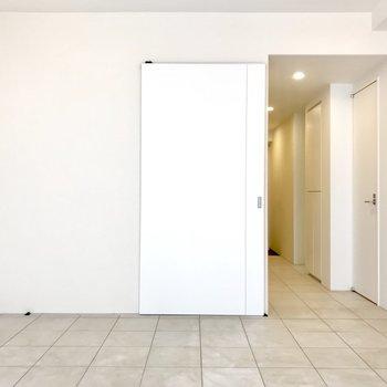 【LDK】窓から。真ん中の白い扉がBedroomに繋がります。※写真は前回募集時のものです
