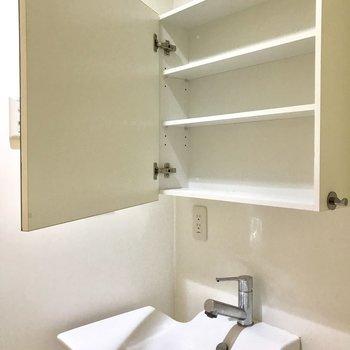 鏡に収納できますよ。※写真は前回募集時のものクリーニング前・ラグはサンプルです