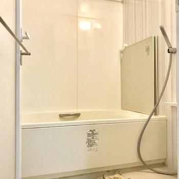 お風呂もゆったりと。シャワーヘッドにご注目。※写真は前回募集時のものクリーニング前・ラグはサンプルです