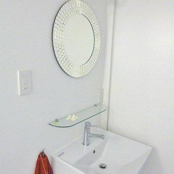 洗面台、丸鏡がポイント※写真は別部屋です。