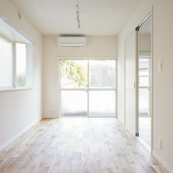 色味の明るい家具とも無垢床は相性◎※写真は前回募集時のもの