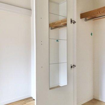 【洋室】姿見も設置されているので、ファッションチェックも簡単に。