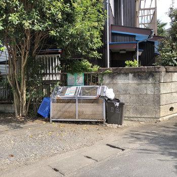 ゴミステーションは道路沿いに。