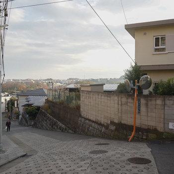 駅からは坂道になります。