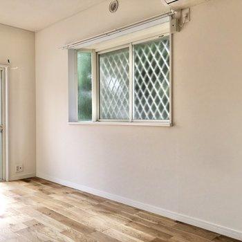 【LDK】出窓下にテーブルも置けます。
