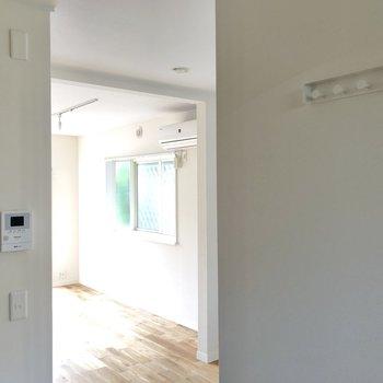 鍵を掛けておけるフックやTVモニタ付きドアホンもあります。