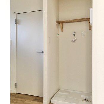 玄関方面に向かうと、目隠しもできる洗濯機置き場とご対面。