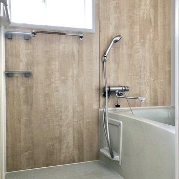 お風呂場には小窓付きで換気も楽々。