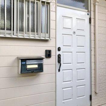 ドア横にポストが設置されています。