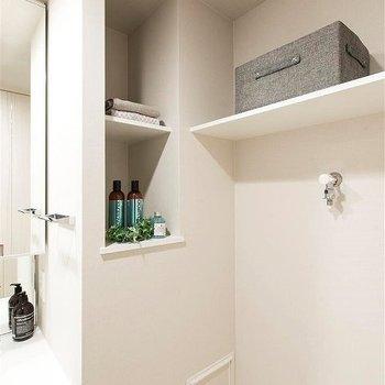 洗濯機の上の収納は便利!※写真は別部屋イメージ。