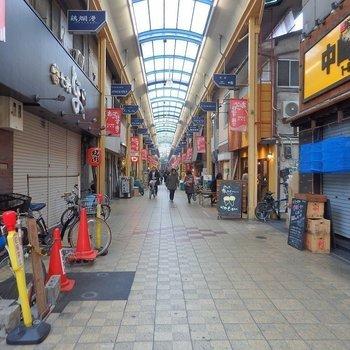 周辺はレトロ可愛い商店街。