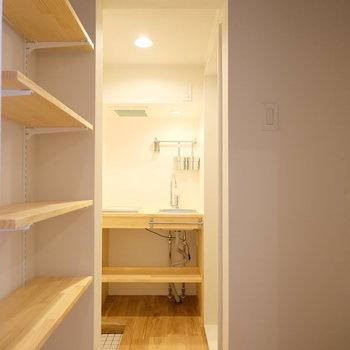 玄関手前に可動棚と冷蔵庫置場があります!