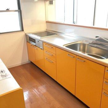 オレンジのキッチン!作業スペースも豪華〜!