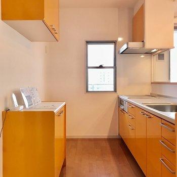 キッチンに立っているだけで元気になれそうなオレンジのキッチン!