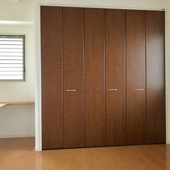 1階の5.7帖の居室。大きめのクローゼットがうれしい◎