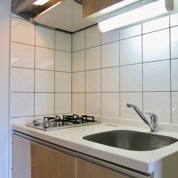 コンパクトなキッチン※写真は13階の同間取り別部屋のものです