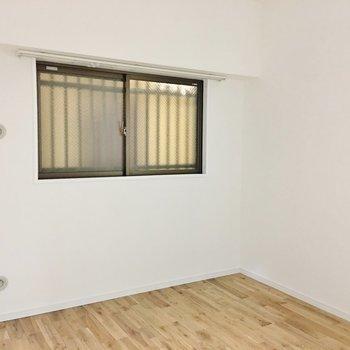 寝室はコンパクト。※写真は別部屋です