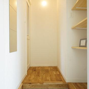玄関は白タイル、玄関ホールを◎